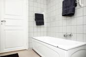 Her er det både badekar og dusj!
