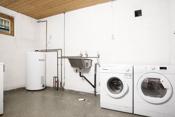 Stort vaskerom i kjeller i tilknytningen til utgangsdøren