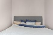 Rom på innsiden av stue brukes som soverom. Rommet oppfyller ikke krav om rom for varig opphold, soverom med hensyn til lysareal eller rømningsvei.