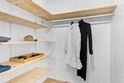 Garderobe/omkledningsrom på innside av soverommet.