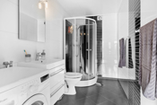 Bad er rehabilitert 2013 og har fliser med varmekabler på gulv, våtromsplater på vegger og takess i tak