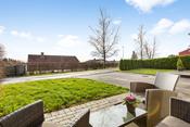 Det er utvendig steinsatt terrasse mot syd, på ca 12 m². Flott utsikt.