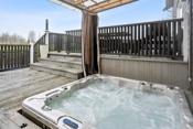 Stor veranda på 73 kvm med nedfelt jacuzzi, herlig utsyn og meget gode solforhold