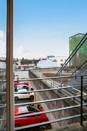 I tillegg til arealet disponerer leiligheten bod i kjeller på ca 21 m².