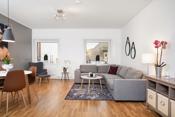 Stor og lys stue med god plass til sofagruppe, spisemøbler med tilhørende møblement.