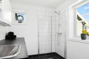 Det er praktisk med kombinert bad og vaskerom i 1. etasje