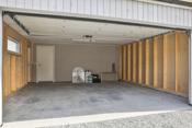 Kombinert garasje og sportsbod med dør til vaskerommet og gangdør