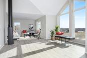 Herlig løsning med store vinduer og delvis mønt himling i deler av stuen