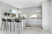 Kjøkkenet har en praktisk oppbygning og en fin løsning med øy som avgrenser ut mot spiseplassen