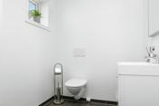 Rom med ekstra toalett og vask i boligens 1. etasje