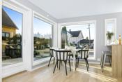 Meget hyggelig spiseplass på kjøkkenet med store vinduer og masse innslipp av lys
