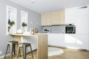 Stilfull og moderne innredning, levert av Ikea. Det er integrerte hvitevarer