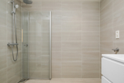 Det er 2 flotte flislagte bad i boligen. Begge bad med lik standard og overflater