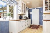 Kjøkkenet er i klassisk utførelse med profilerte fronter