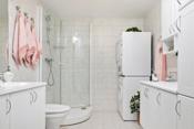 Velholdt og tidløst flislagt bad/wv/vaskerom