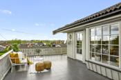 Stor flislagt terrasse med herlig utsikt og svært gode solforhold