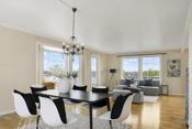 Stuen er lett å møblere og her er det god plass til det meste. I stuen er det ingen innsyn og et flott utsyn vestover og mot sentrum
