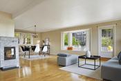 Lys og meget koselig stue med masse vinduer og svært gode lysforhold