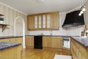 Kjøkkenet er stort og ligger i tilknytning til stuen, samstidig litt skjermet fra stuen