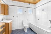 Gulv med fliser. Det er vannbåren varme i gulv. Fliser på vegger. Går ut fra at badet er renovert på midten av 90 tallet.