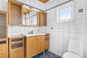 Badet er innredet med baderomsinnredning i lakkert/kirsebær treverk med underselskap med heldekkende servant, speil og skap over, det er i tillegg skap ved siden med skuffer og skap