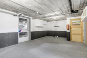 Garasje/verksted: Satt inn verkstedbenk og laget hobbyverksted i garasje nede.
