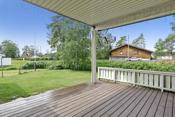 Overbygget terrasse mot vest på ca 16 m² med adkomst via hev/skyvedør fra stue.