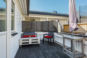 terrasse mot vest på ca 12 m² denne har gulv i trykkimpregnert treverk og rekkverk i malt treverk.