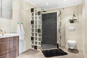 Bad ble rehabilitert 2014. Fliser med varmekabler på gulv og fliser på vegger