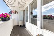 Det er overbygget balkong mot øst på ca 5,5 m² balkongen har tett gulv belagt med kompositt terrassebord, rekkverk i malt treverk.