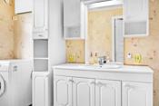 Rommet er innredet med skyvedørsgarderobe på en vegg, gulvmontert toalett, dusjkabinett, baderomsinnredning på 1,2 meter + høyskap