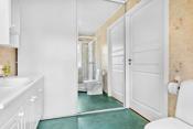 Toalett og dusjkabinett er skiftet 2016. Prakisk skyvedør med innredning (skyvedører går tregt).