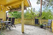 Det er vestvendt terrasse på ca 22 m² med adkomst via 2-fløyet balkongdør fra stue.