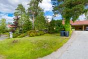 Eiendommen ligger i et etablert bomiljø ved Åssiden/Svenskedalen, ca. 1,5 km fra Skjønhaug og ca 15 km til Askim sentrum.