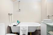 Bad/wc: Loftetasje: Gulv med vinylbelegg og vegger med baderomstapet.