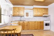 Koselig kjøkken med spiseplass og velholdt innredning i heltre furu