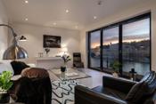 Stilfull stue med fin utsikt til elven