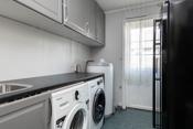 Vaskerom med innredning, skyllekum, opplegg til vaskemaskin