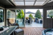 Sommerstue/vinterhage  med skyvedør ut mot stor veranda