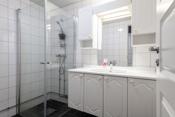 Bad med flislagte vegger og gulv.