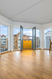 Store vindusflater og fransk balkong