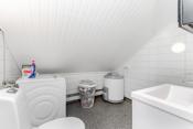 Badet i 2. etg. har belegg på gulv og baderomsplater på vegg