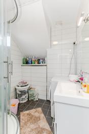 Badet i 1. etg. med innredning, dusjhjørne og opplegg til vaskemaskin