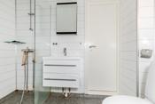 Badet i 2. etg. har dusjhjørne, innredning, toalett og opplegg til vaskemaskin