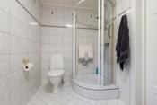 Bad i hovedbolig med fliser på vegg og gulv- varmekabel i gulv