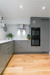 Integrerte hvitevarer som 2 stk stekeovn, koketopp, kjøleskap og oppvaskmaskin