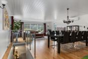 Fra stuen er det nedgang til kjellerstue med tilhørende bod- legg merke til det fine glassrekkverket