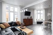 Stue, store vinduer som gir et godt lysinnslipp