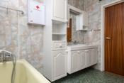 Badet er innredet med dusj på gulv/vegger, badekar og innredning med servant.