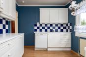 Kjøkken med hvit profilert innredning